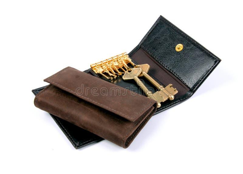 Cartera de cuero del negro y de Brown y tenedor de la llave aislado imágenes de archivo libres de regalías