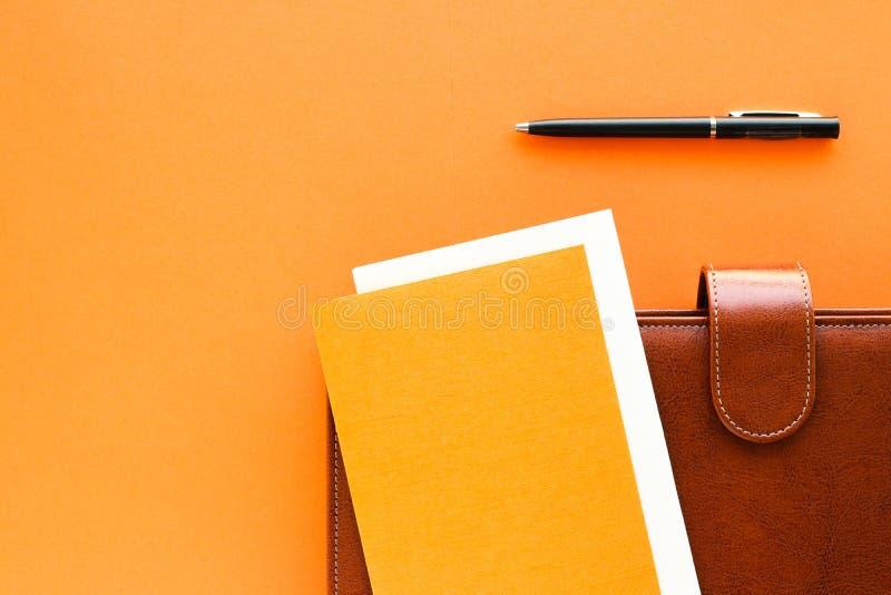 Cartera de lujo del marrón del negocio en el escritorio de la tabla de la oficina, flatlay fotografía de archivo libre de regalías