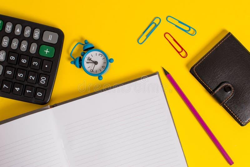 Cartera portátil de mentira de la calculadora del despertador de los clips del highlighter del marcador del lápiz del cuaderno du imágenes de archivo libres de regalías
