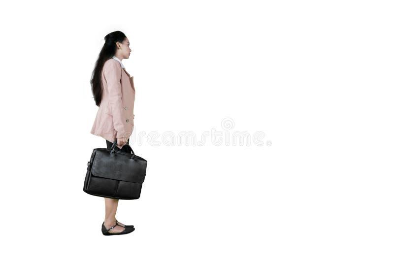 Cartera que lleva de la mujer de negocios en estudio fotos de archivo libres de regalías