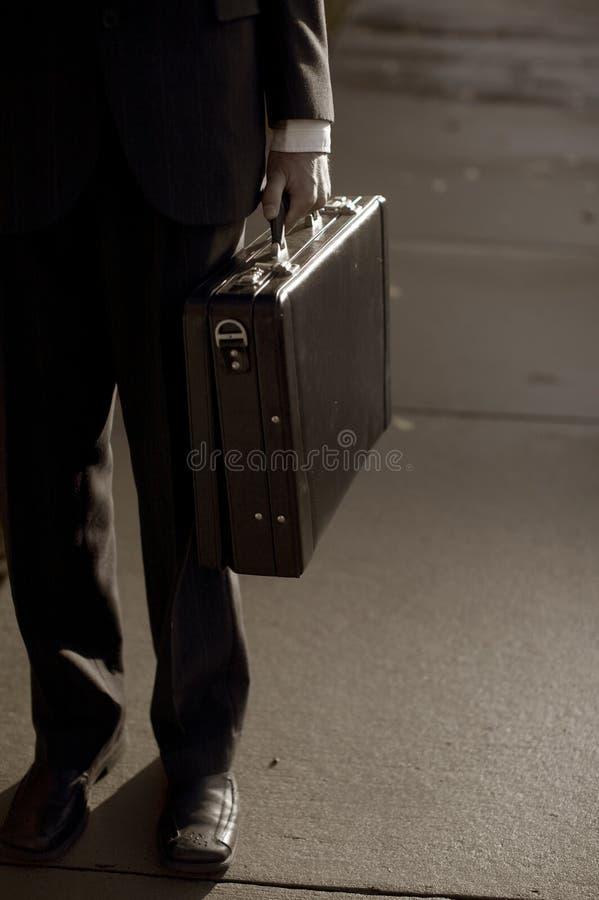 Cartera que lleva del hombre de negocios foto de archivo libre de regalías