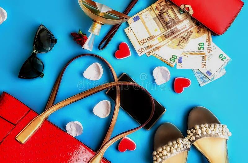 Cartera roja de los accesorios de la mujer con el dinero para el perfume rojo Sunglass negro del bolso de la moneda euro y los za imagen de archivo libre de regalías