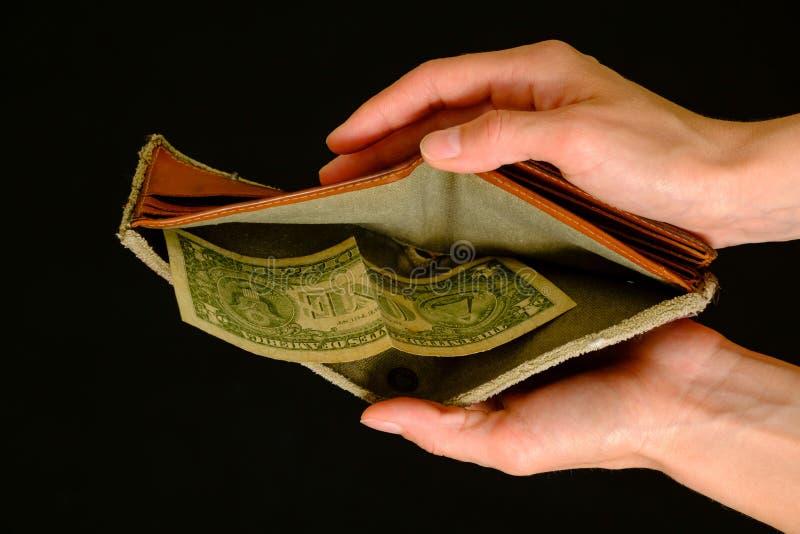Cartera vacía con un dólar en fondo negro fotos de archivo