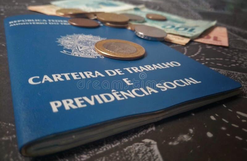 Cartera y monedas de trabajo brasileñas fotos de archivo libres de regalías