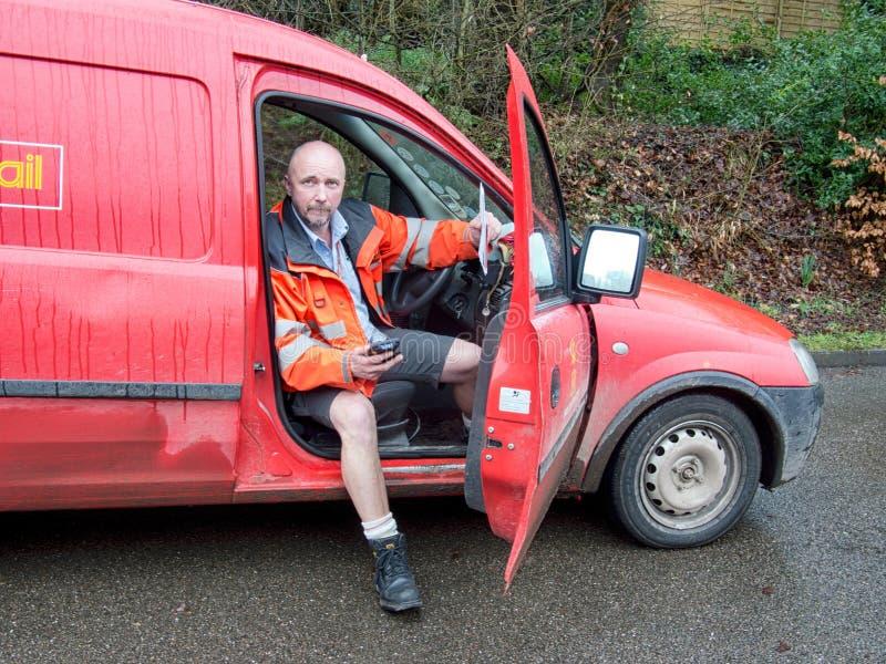 Cartero con la furgoneta, reparto del correo rural Inglaterra, Reino Unido fotografía de archivo libre de regalías