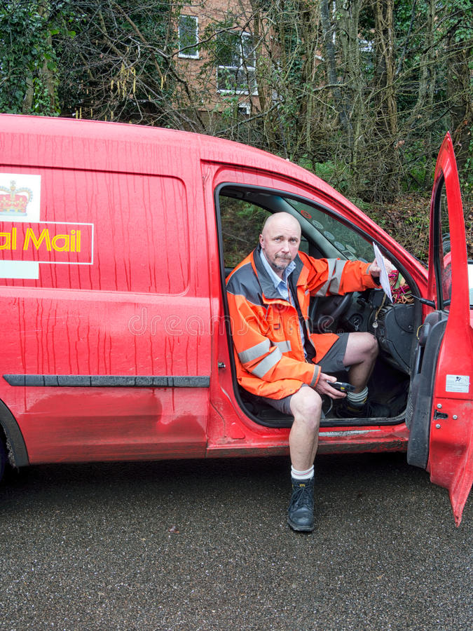 Cartero con la furgoneta, reparto del correo rural Inglaterra, Reino Unido imagen de archivo