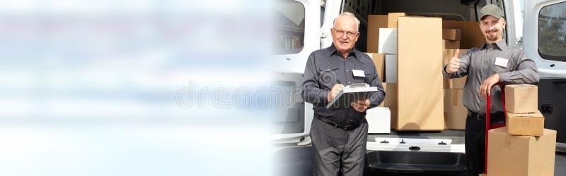 Cartero de la entrega con una caja imágenes de archivo libres de regalías