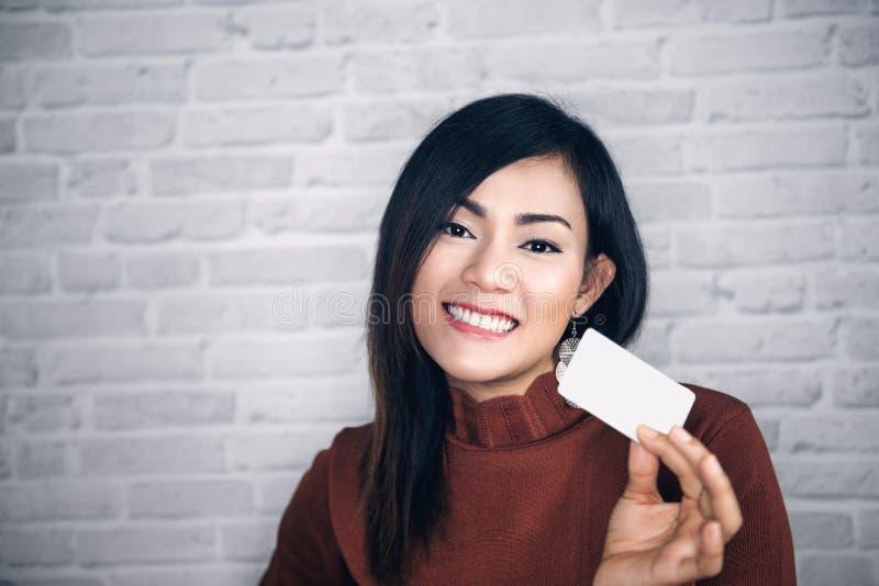 Cartes d'augmenter asiatique de fille et bon blancs photos stock