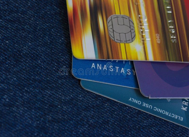 Cartes de crédit électroniques sur le fond de jeans photographie stock