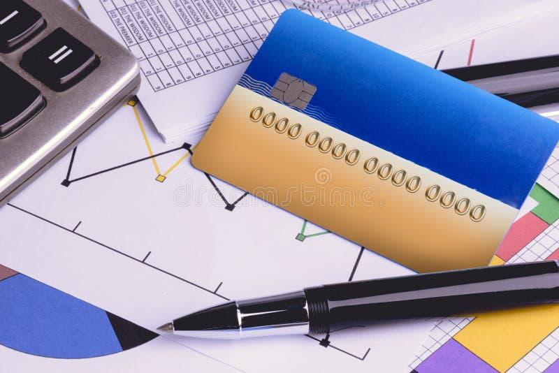 Cartes de crédit avec des déclarations de carte de crédit, compte, stylo, calculatrice photo libre de droits