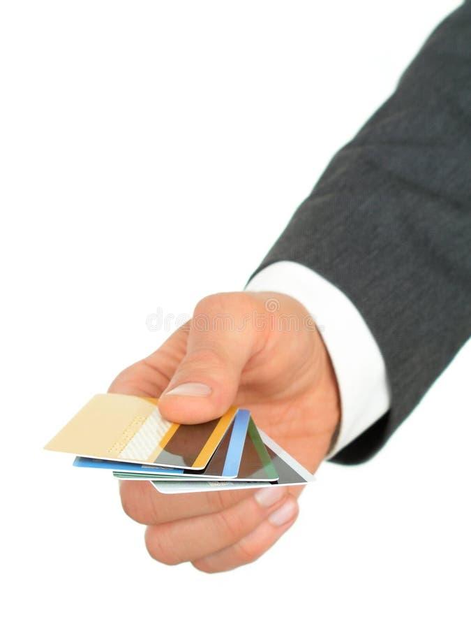 Cartes de crédit de fixation de la main de l'homme d'affaires photo stock