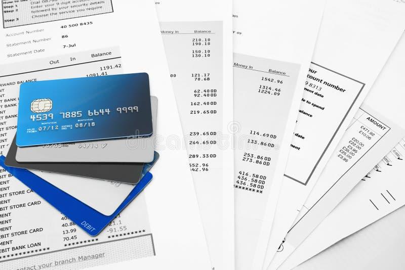 Cartes de crédit sur des relevés bancaires photos libres de droits
