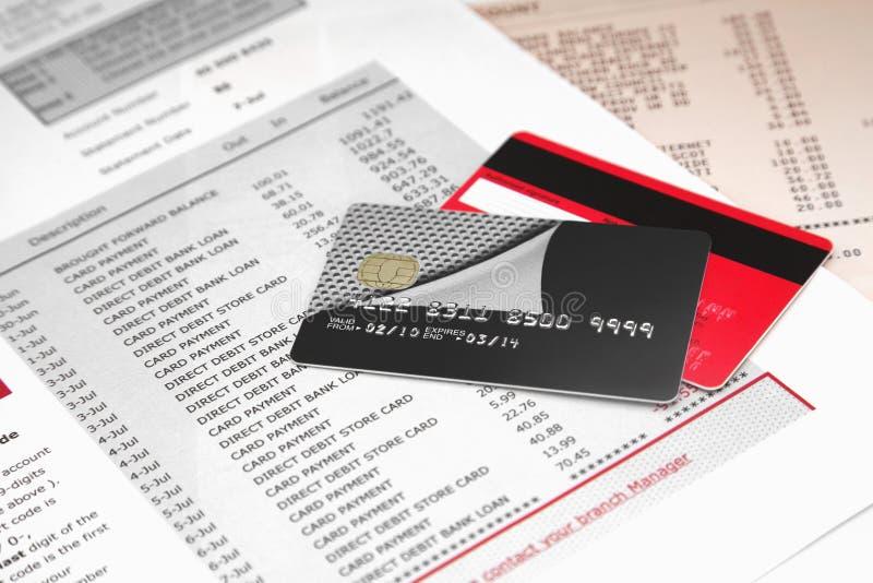 Cartes de crédit sur le relevé bancaire  image stock