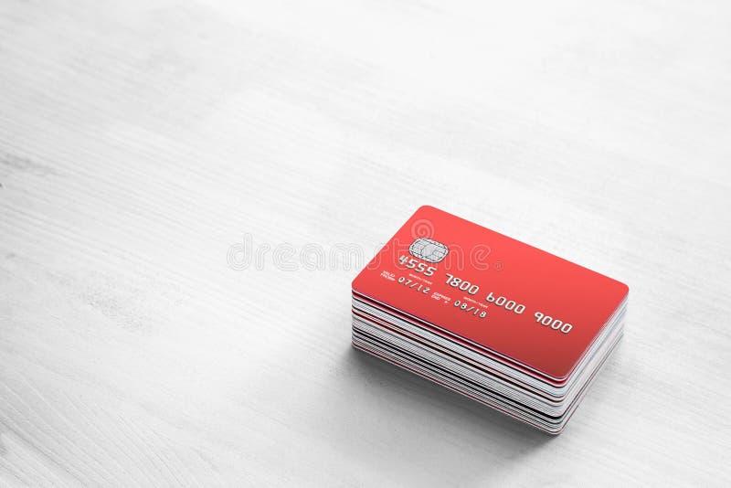 Cartes de crédit sur une table en bois blanche photographie stock libre de droits