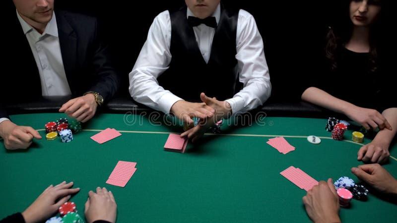 Cartes de distribution de croupier, début de jeu de poker au casino, jeu concurrentiel image libre de droits