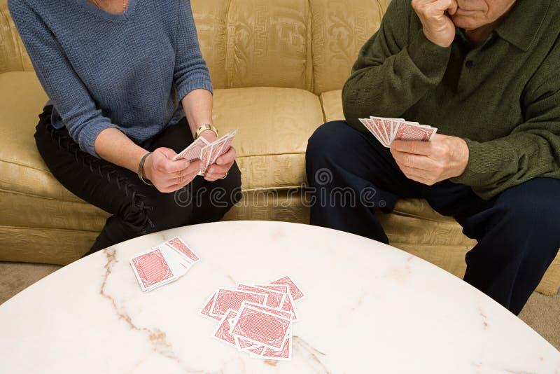 Cartes de jeu aînées de couples images stock