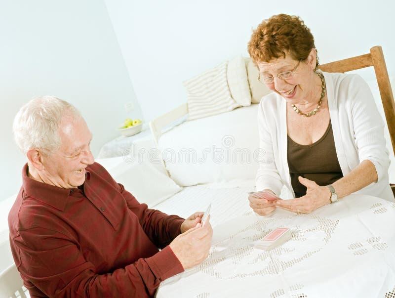 Cartes de jeu aînées de couples photographie stock