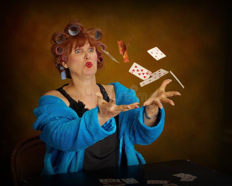 Cartes de jeu de femme plus âgée photographie stock