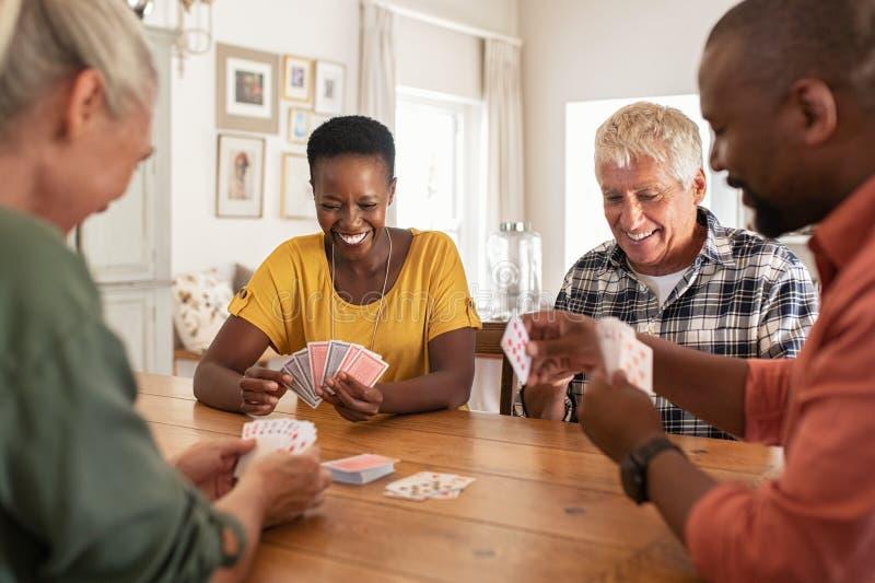 Cartes de jeu mûres d'amis à la maison photos stock