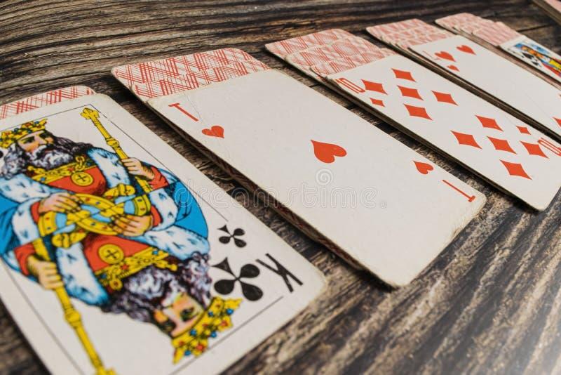 Cartes de jeu se trouvant sur une table en bois photographie stock libre de droits