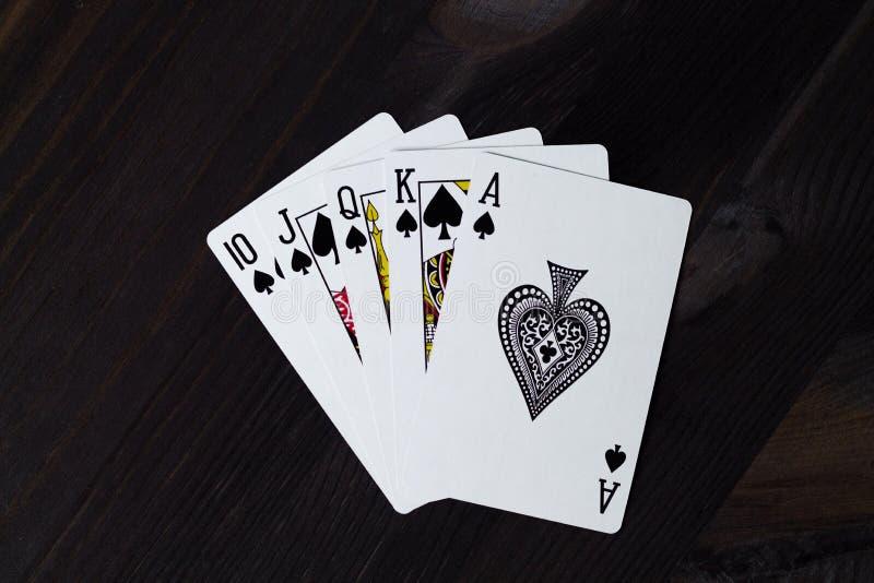 cartes de jeu sur le fond noir ?clat royal image libre de droits