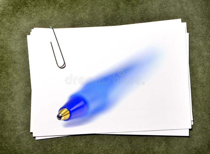 Cartes de livre blanc avec le stylo de bleu d'ADN de trombone photos stock