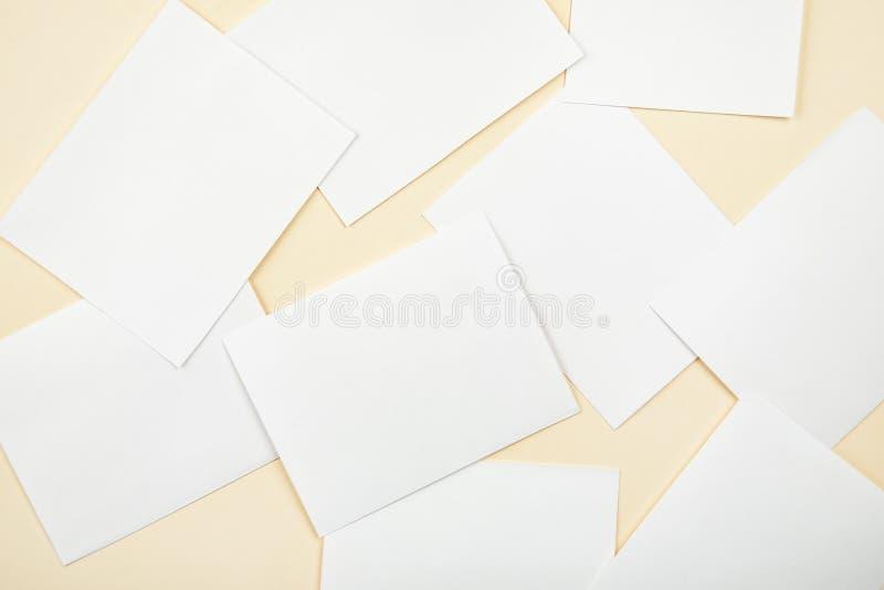 Cartes de livre blanc de blanc sur un fond mou de couleur, maquette de cartes de visite professionnelle de visite photos stock