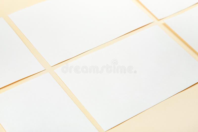 Cartes de livre blanc de blanc sur un fond mou de couleur, maquette de cartes de visite professionnelle de visite photographie stock