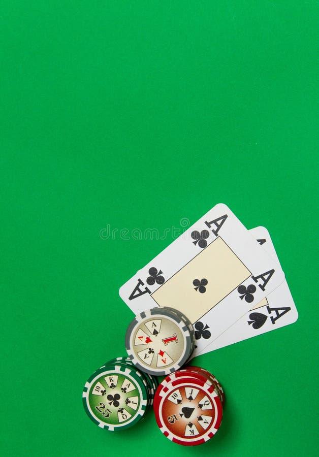 Cartes de pile et de jeu de jetons de poker sur la table verte photo libre de droits
