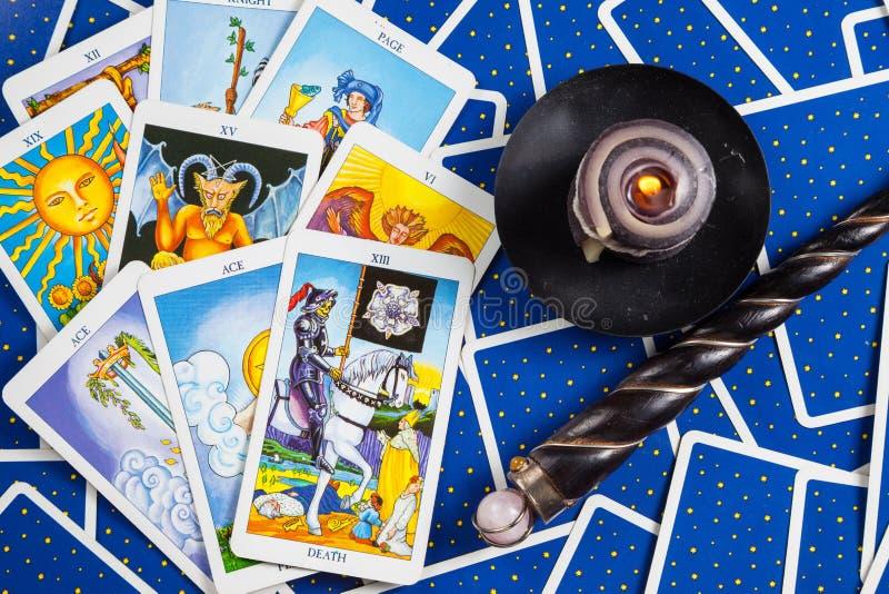 Cartes de tarot bleues mélangées avec la bille et la bougie magiques. photographie stock libre de droits