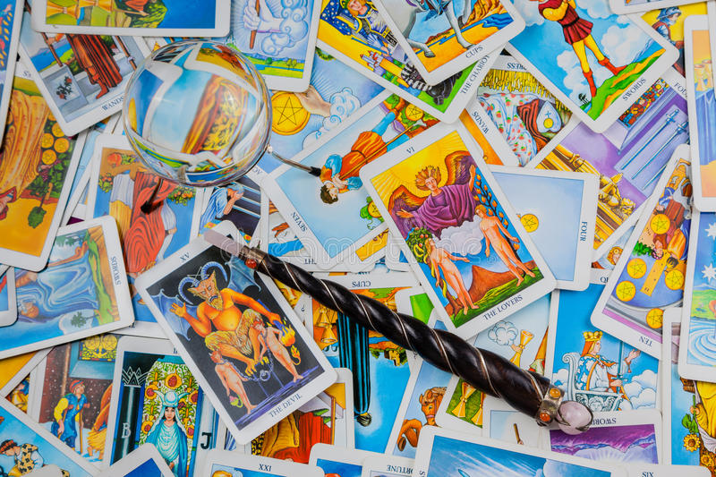 Cartes de tarot mélangées avec une bille et une baguette magique magiques. image stock