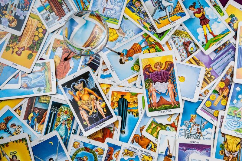 Cartes de tarot mélangées sur la table avec une bille magique. photos stock