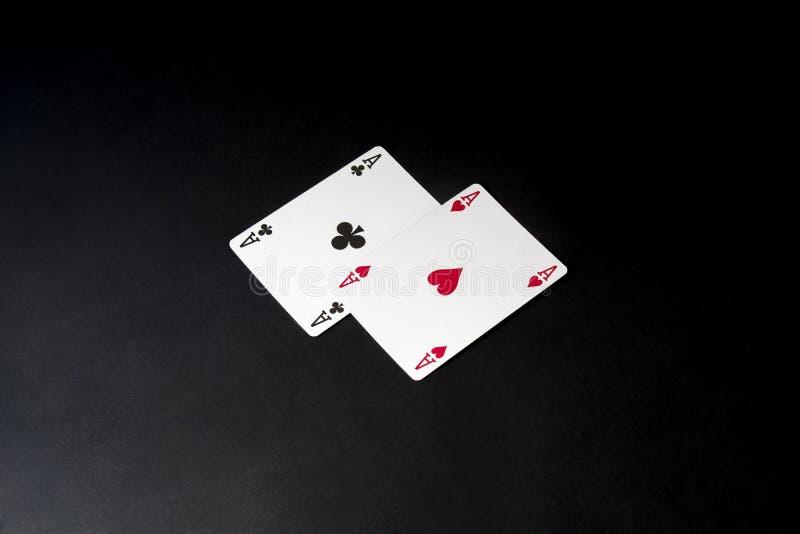 Cartes de tisonnier au-dessus de noir Paires d'as vingt-et-un photographie stock libre de droits