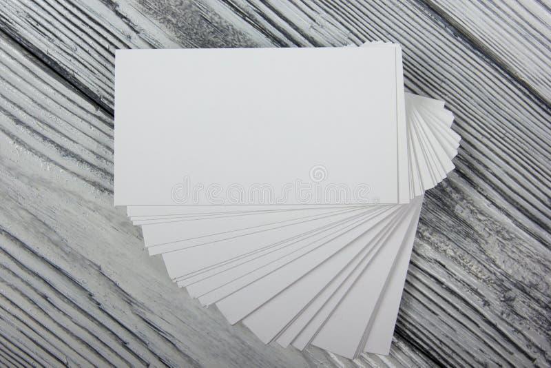 Cartes de visite professionnelle blanches vierges de visite sur le fond en bois images stock