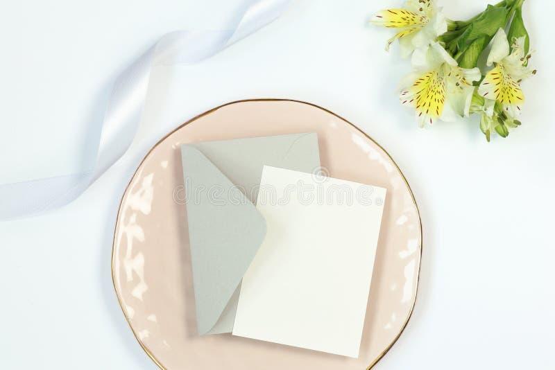 Cartes de visite professionnelle de visite de maquette sur le fond blanc avec le macaron, le ruban et la tasse de caf? images stock