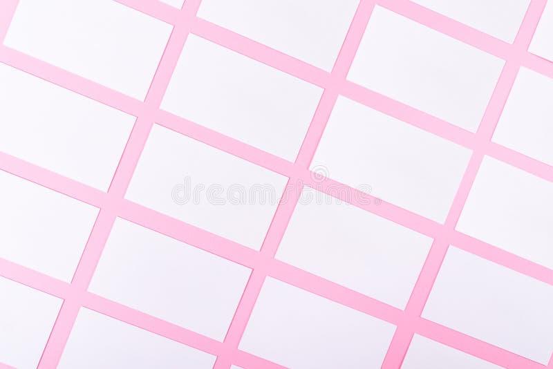 Cartes de visite professionnelle vierges blanches de visite sur le fond rose avec la texture de papier images stock