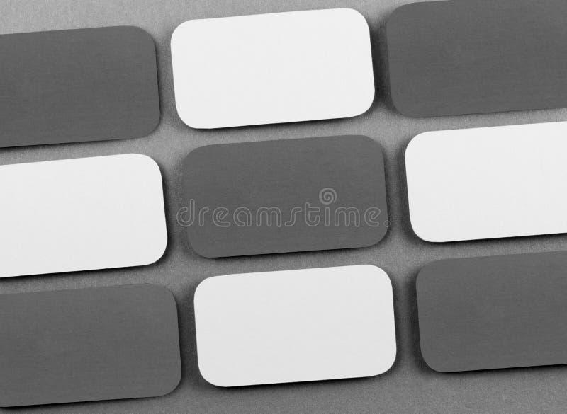 Cartes de visite professionnelle vierges de visite avec les coins arrondis sur un fond gris photo stock