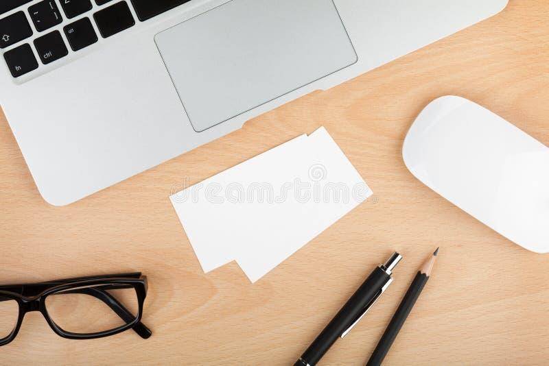 Cartes de visite professionnelle vierges de visite sur la table en bois de bureau photo stock