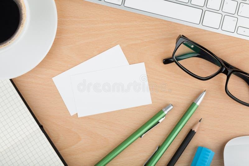 Cartes de visite professionnelle vierges de visite sur la table en bois de bureau photos stock