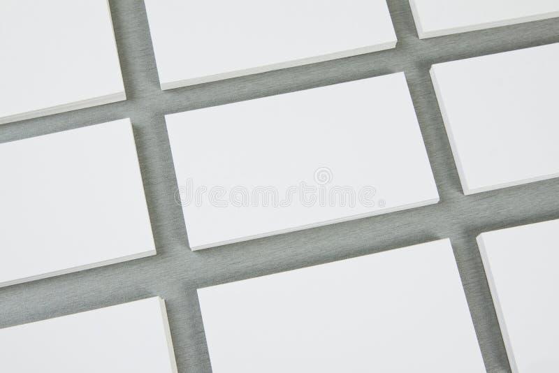 Cartes de visite professionnelle vierges de visite sur le fond gris photographie stock libre de droits