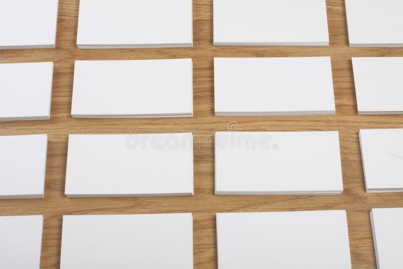 Cartes de visite professionnelle vierges de visite sur un fond en bois image stock