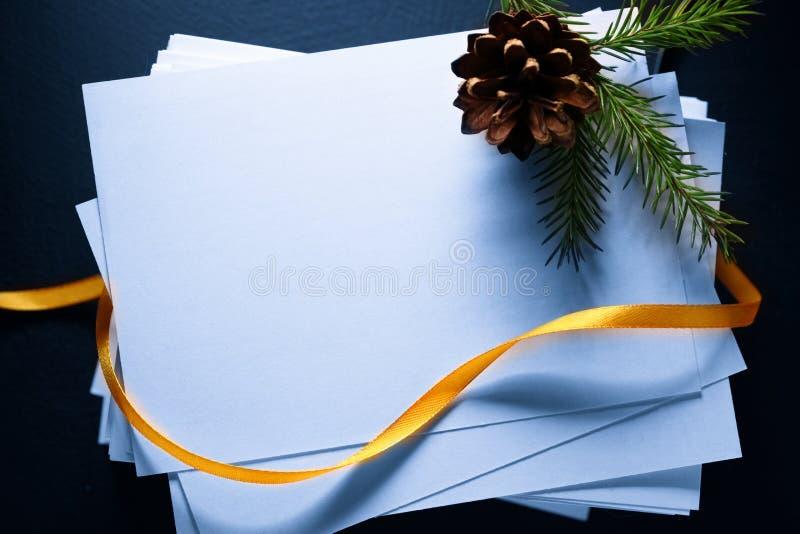 Cartes et brindille de sapin à feuilles persistantes photo libre de droits