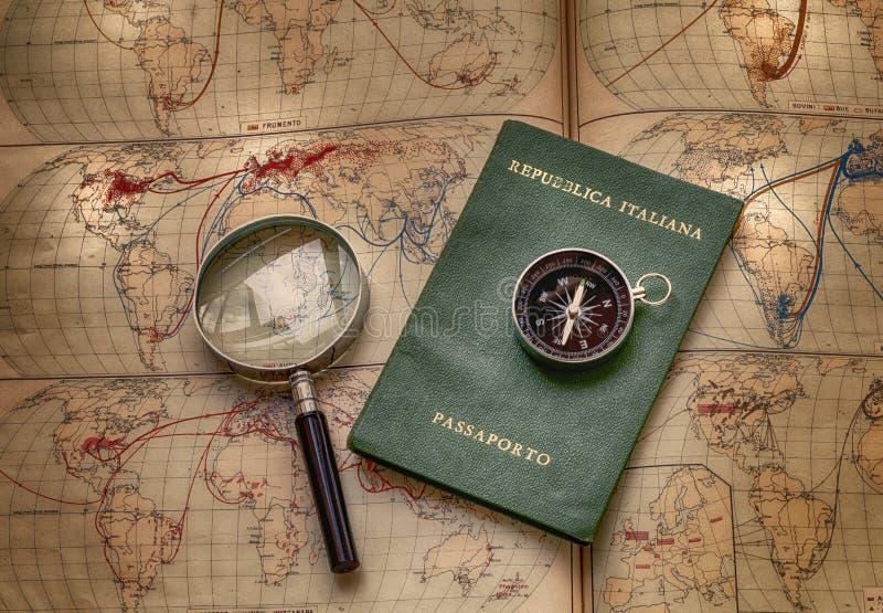 Cartes et passeport pour le voyage et l'aventure au monde illustration libre de droits