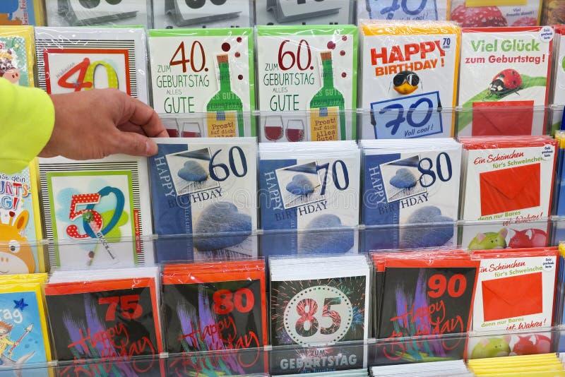 Cartes postales dans un supermarché photographie stock