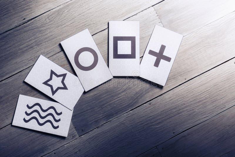 Cartes psychiques sur un fond en bois image stock
