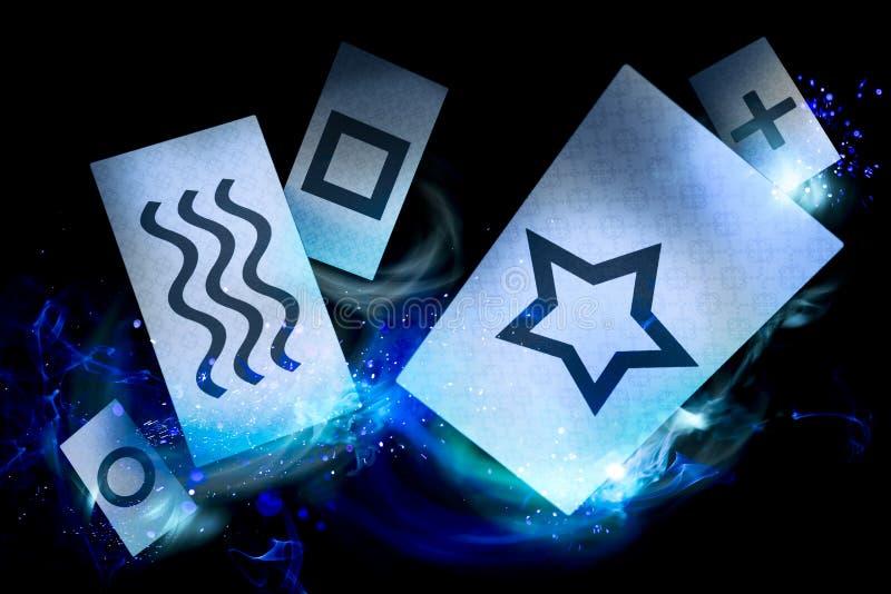 Cartes psychiques sur un fond foncé photos stock