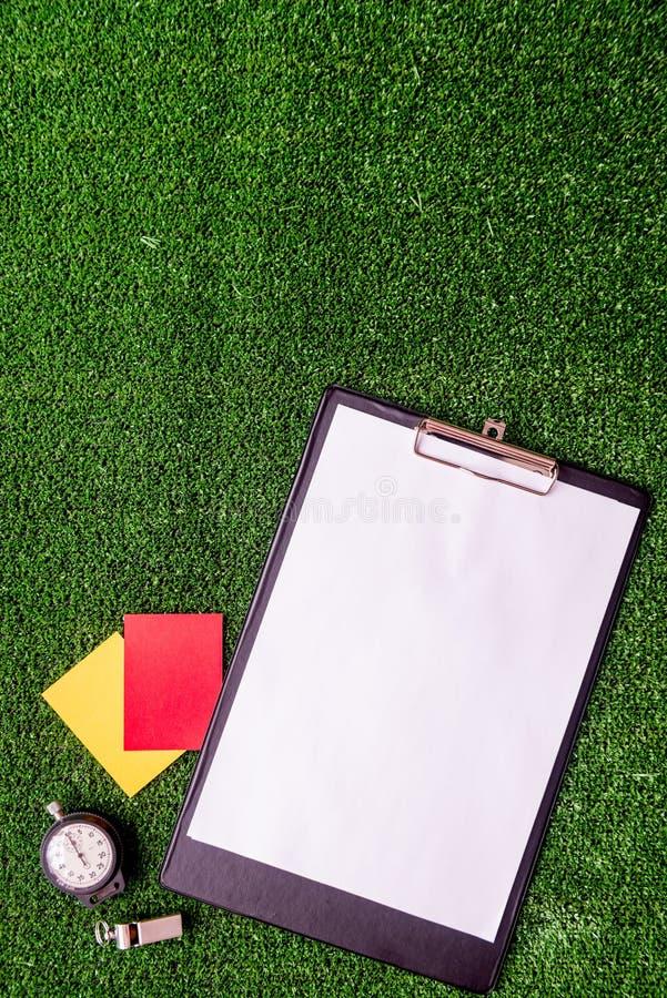 Cartes rouges et jaunes sur la vue supérieure de fond vert image stock