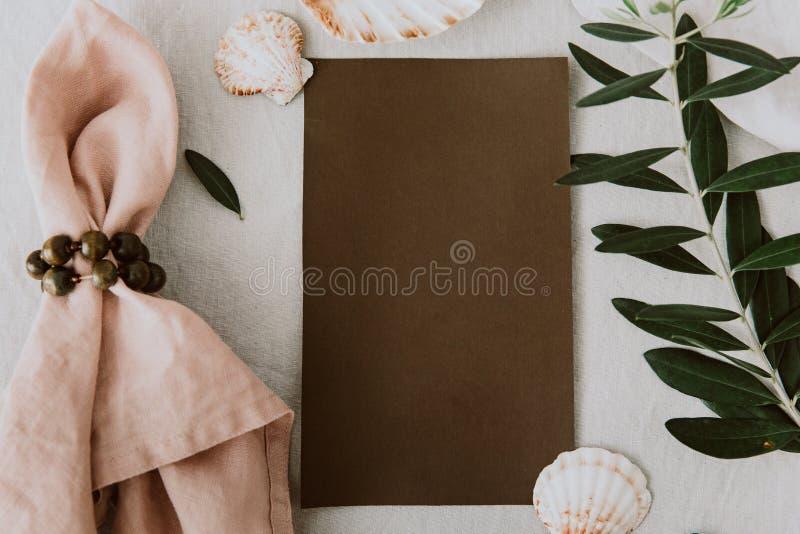 Cartes rustiques d'invitation de mariage avec la serviette de toile et la branche d'olivier photos libres de droits