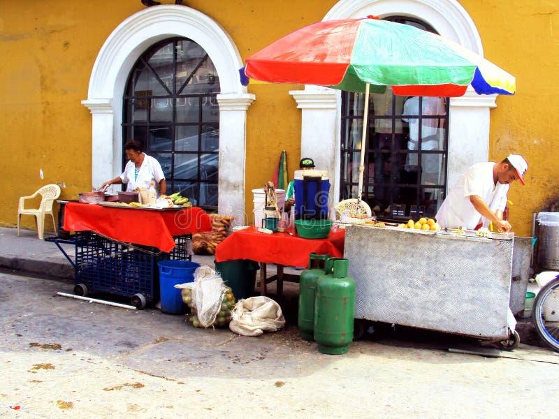 Carthagène, Colombie le 19 novembre 2010/marchands ambulants de nourriture dedans images stock