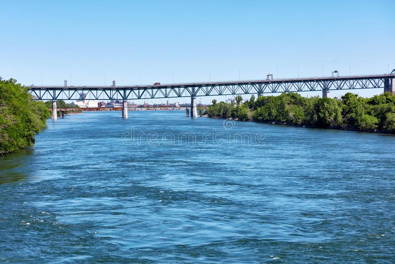 Cartier Brücke Pont Jacques auf Heiligem Lawrence River in Montreal, Quebec, Kanada lizenzfreies stockfoto